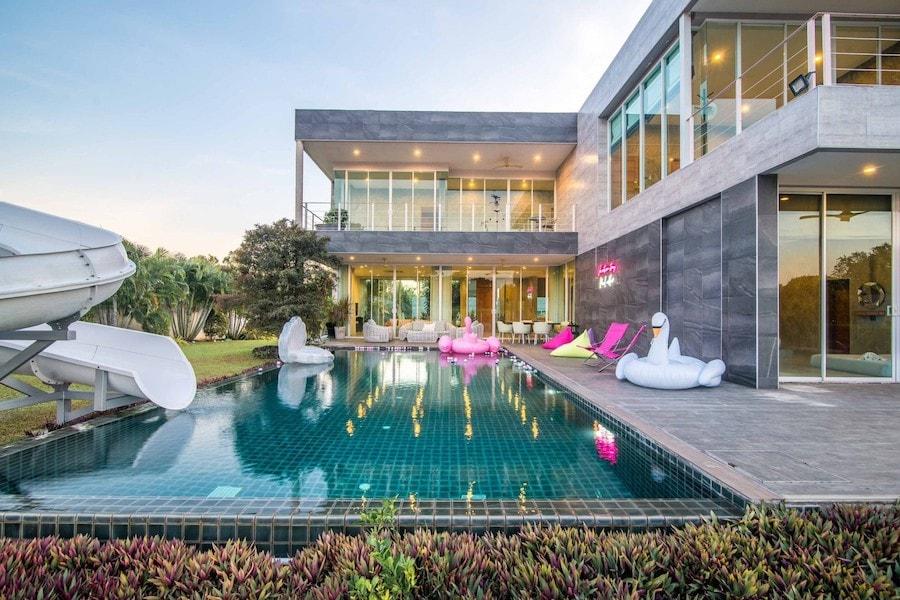 luxury pool villa in Pattaya