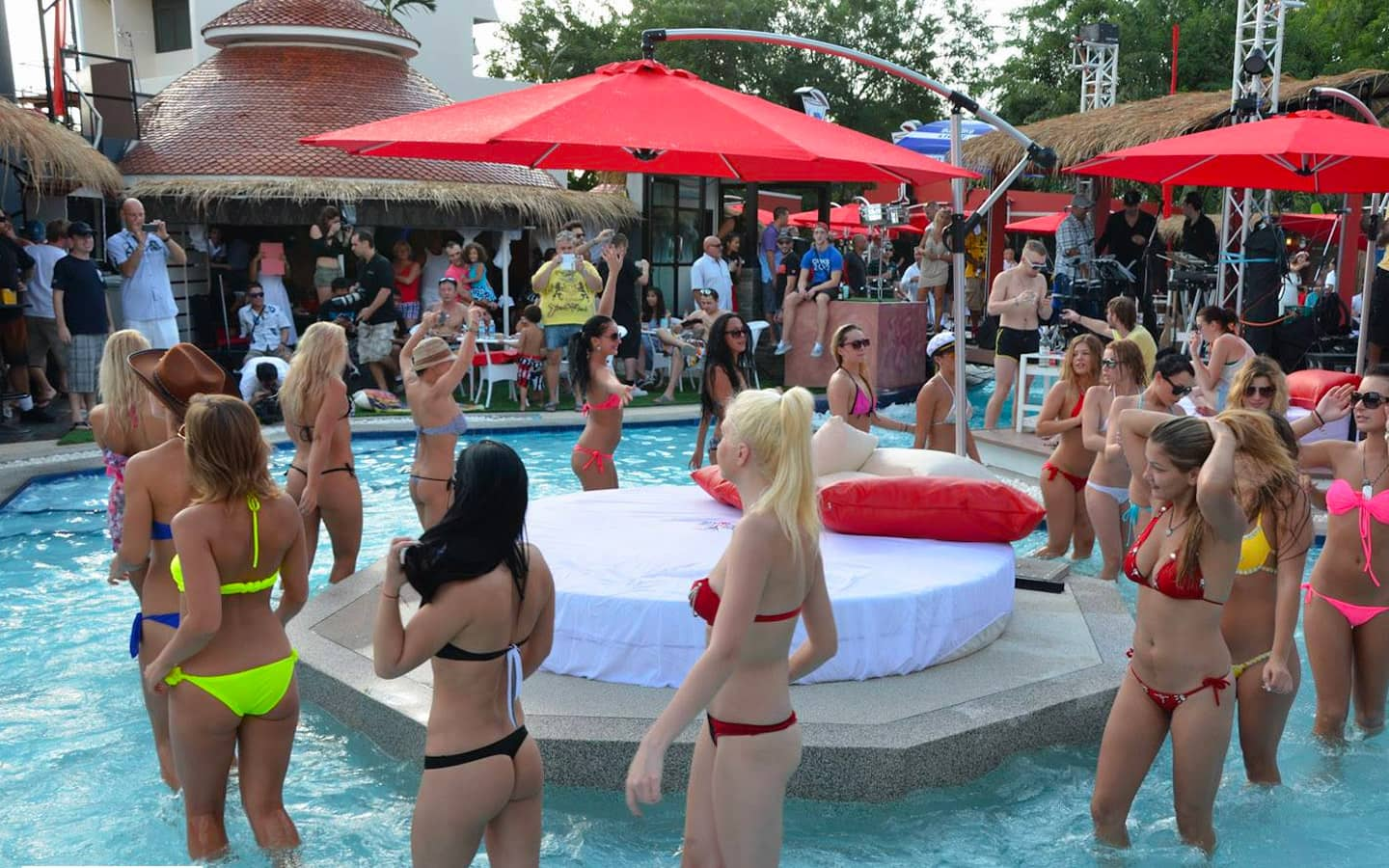 Sexy Pool Party in Pattaya - Planet Earth